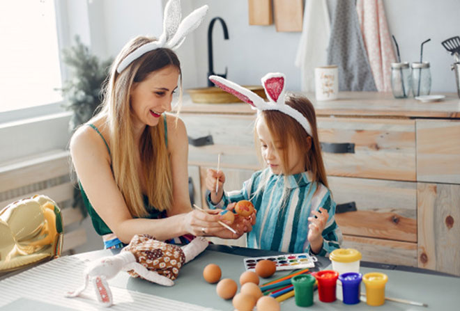 حواس کودک ر ا پرت کنید: سعی کنید حواس کودک را هنگام جویدن ناخن پرت کنید، با او صحبت کنید، از او کارهایی بخواهید که مجبور شود از انگشتانش استفاده کند درست کردن کاردستی یا کشیدن نقاشی روش خوبی برای این کار است. اسباب بازی به دست های او بدهید تا دست هایش درگیر بازی با آن شود و فکر ناخن جویدن به سرش نزند.